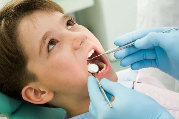 đưa Trẻ đến Trung Tâm Nha Khoa để Trị Sâu Răng Nhẹ