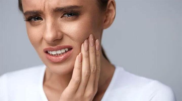 trồng răng cửa có đau không